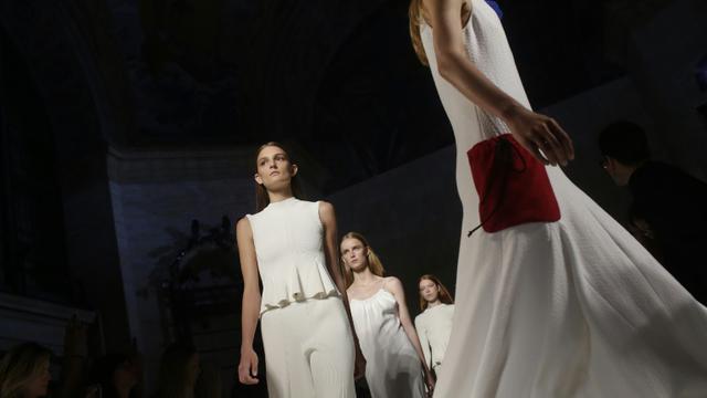 Des mannequins défilent pour Victoria Beckham lors de la présentation de la collection printemps-été 2016 durant la Fashion Week de New York, le 13 septembre 2015 [Joshua LOTT / AFP]