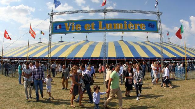 """Des fidèles de la communauté évangélique tsigane se rassemblent pour leur convention annuelle """"Vie et Lumière"""", le 23 août 2015 à Grostenquin (est de la France) [FRED MARVAUX / AFP]"""