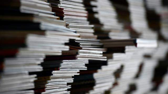 """Un jeune Français sur dix est """"en difficulté de lecture"""" et un sur vingt en situation d'illettrisme, révèle vendredi une étude du ministère de l'Education, qui s'appuie sur des tests conduits auprès des 760.000 participants à la Journée Défense et citoyenneté (JDC) en 2016. [DAMIEN MEYER / AFP/Archives]"""