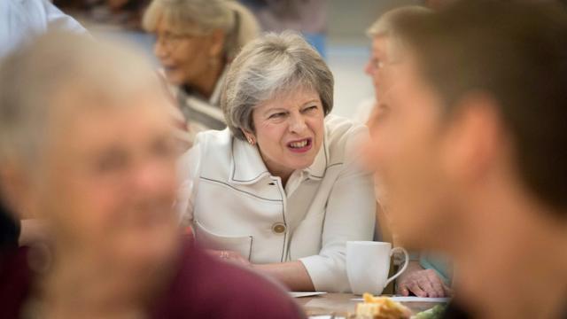 La Première ministre britannique Theresa May, lors d'une visite dans un centre caritatif à Londres le 15 octobre 2018 [Stefan Rousseau / POOL/AFP]