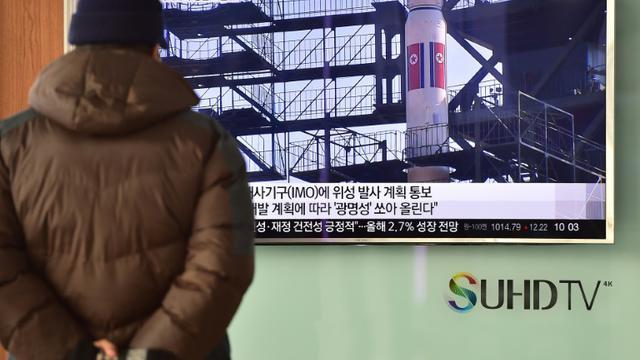 Un homme regarde sur un écran de télévision les images d'une fusée nord-coréenne, le 3 février 2016 à Séoul, en Corée du Sud [JUNG YEON-JE / AFP]