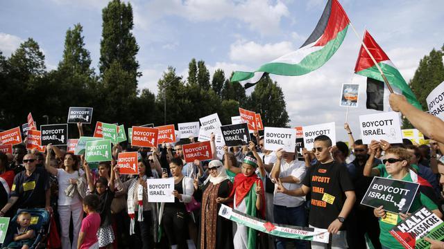Des personnes protestent le 31 juillet 2014 Place de la Rotonde à Paris contre les opérations militaires israéliennes à Gaza et apportent leur soutien au peuple palestinien à l'appel de l'organisation CAPJO-EuroPalestine [Kenzo Tribouillard / AFP/Archives]