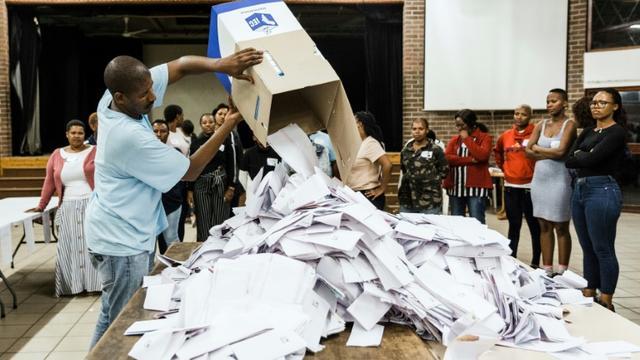 Ouverture des urnes le  mai 2019 dans une école de Durban, après les élections générales en Afrique du Sud.  [RAJESH JANTILAL / AFP]