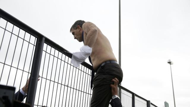 Le DRH d'Air France Xavier Broseta quitte les bureaux de la compagnie à Roissy en escaladant une grille après avoir été pris à partie par des salariés, le 5 octobre 2015 [Kenzo Tribouillard / AFP/Archives]