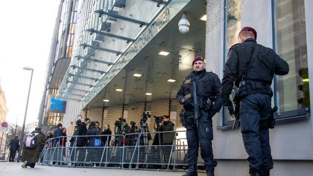 Des policiers autrichiens gardent l'entrée du siège de l'Organisation des pays exportateurs de pétrole (OPEP) à Vienne, le 5 décembre 2018 [JOE KLAMAR / AFP]