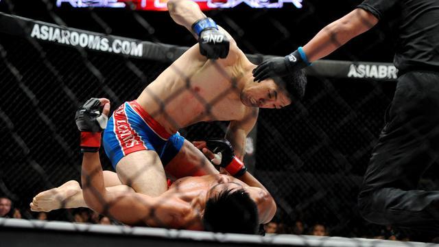Le Japonais Koji Oishi frappe son adversaire philippin Honorio Benario pendant un combat de mixed martial arts (MMA), le 31 mai 2013 à Manille.