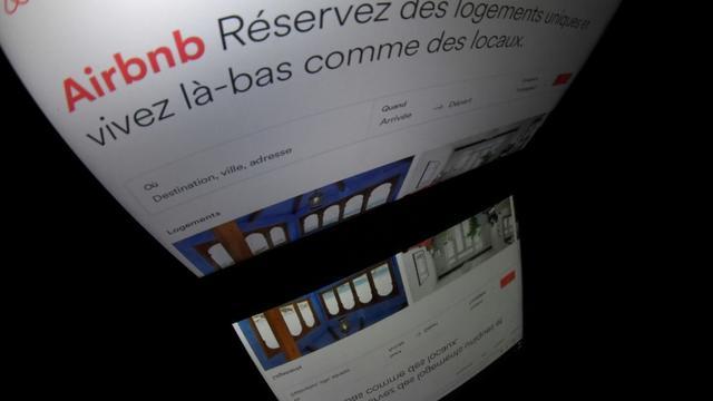 Logo de la plateforme de location Airbnb, sur un écran, le 2 mars 2017 à Paris  [Lionel BONAVENTURE / AFP/Archives]