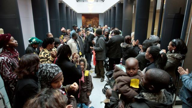 Des familles ont investi, le 30 octobre 2009, à l'appel de Droit au Logement (DAL), la chambre nationale des huissiers à Paris, avant la trêve hivernale des expulsions. [FRANCOIS GUILLOT / AFP/Archives]