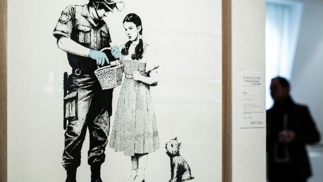Une oeuvre du street artist Banksy exposée le 18 octobre 2018 à Paris avant une vente aux enchères par la maison Artcurial, le 24 octobre [Philippe LOPEZ / AFP]