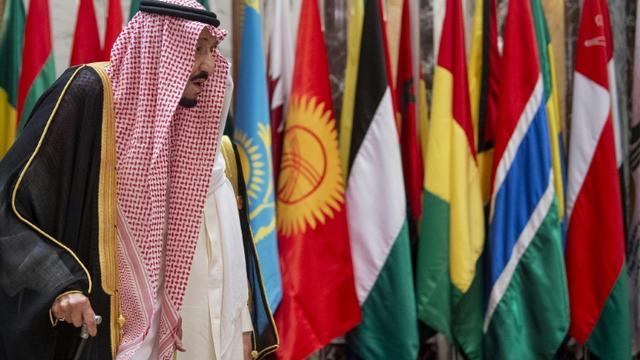 Le roi Salmane d'Arabie saoudite devant les drapeaux des pays membres de l'OCI, le 1er juin 2019 à La Mecque [Bandar AL-JALOUD / Saudi Royal Palace/AFP]