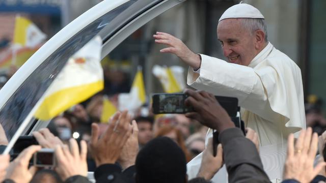 Le pape François acclamé par les fidèles le 10 novembre 2015 à Prato [ANDREAS SOLARO / AFP]
