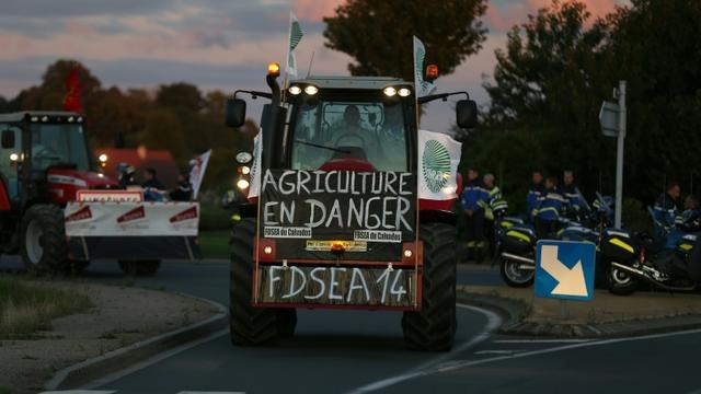 Un agriculteur en route pour Paris le 2 septembre 2015 à Saint-Manviey-Norrey près de Caen [CHARLY TRIBALLEAU / AFP]