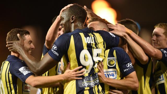 Usain Bolt félicité par ses coéquipiers après l'un de ses deux buts avec les Central Coast Mariners contre South West United, le 12 octobre 2018 [PETER PARKS / AFP]