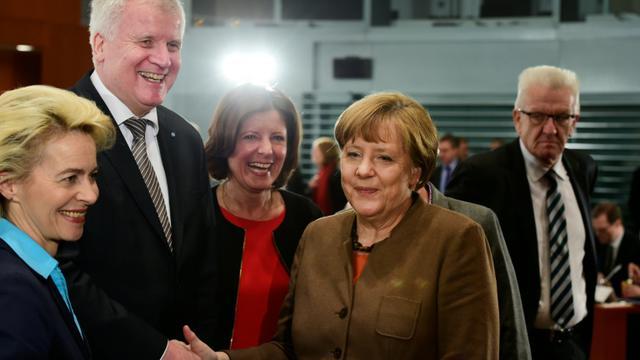 Poignée de mains entre le le Bavarois Horst Seehofer (CSU) et la chandelière Angela Merkel le 28 janvier 2016 à Berlin [John MACDOUGALL / AFP]
