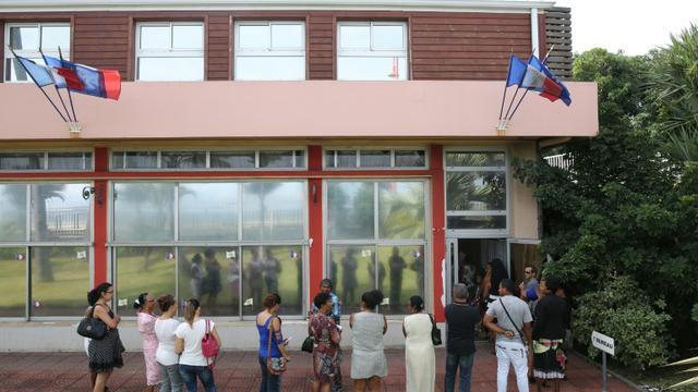 Les électeurs attendent devant le bureau de vote, le 6 décembre 2015 à La Possession, à La Réunion [RICHARD BOUHET / AFP]