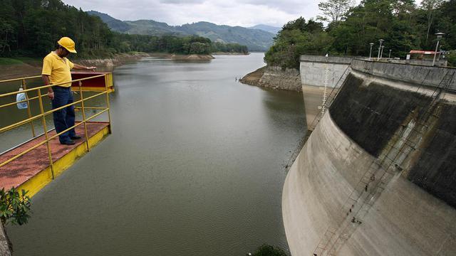 Un opérateur vérifie le niveau de l'eau dans le réservoir de Cachi au Costa Rica, le 2 mai 2007 [Yuri Cortez / AFP/Archives]