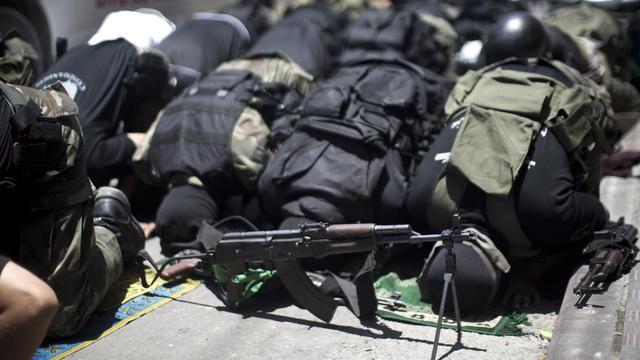 Des combattants de la branche armée du Hamas Ezzedine al-Qassam prient à Gaza City lors des funérailles de l'un des leurs, tué par des tirs israéliens, le 21 juin 2014 [Mahmud Hams / AFP/Archives]
