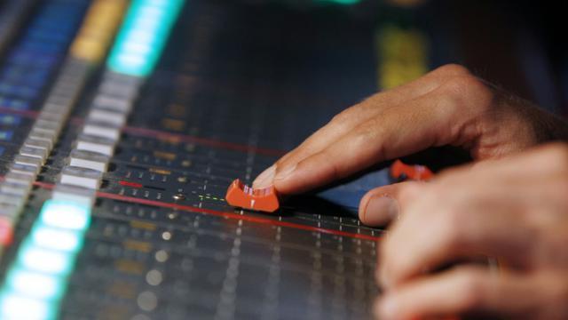 Un technicien de Radio France dans un studio le 23 mai 2012 [Kenzo Tribouillard / AFP/Archives]