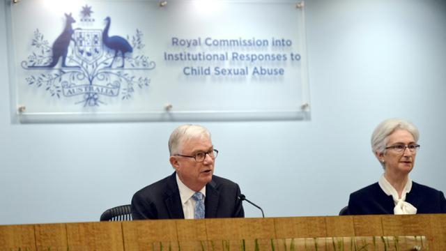Peter McClellan (g) et Jennifer Coates, membre de la Commission d'enquête royale sur les réponses institutionnelles aux crimes pédophiles, le 14 décembre 2017 à Sydney [Jeremy Piper / ROYAL COMMISSION INTO INSTITUTIONAL RESPONSES TO CHILD SEXUAL ABUSE/AFP]