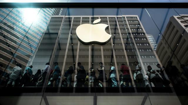 Des acheteurs font la queue à l'intérieur d'une boutique Apple à l'occasion du lancement des nouveaux iPhone 6 à Hong Kong, le 25 septembre 2015 [PHILIPPE LOPEZ / AFP]