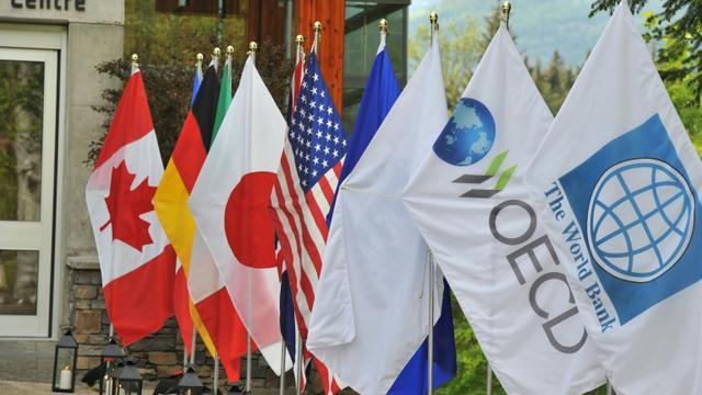 Rangée de drapeaux au sommet du G7 Finances à Whistler (Canada) [Don MacKinnon / AFP]