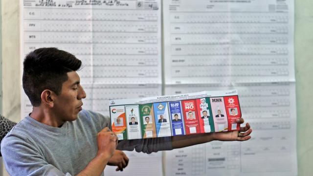 Un homme participe au dépouillement pour l'élection présidentielle en Bolivie, le 20 octobre 2019 à La Paz [JORGE BERNAL / AFP]