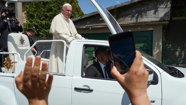 Le pape François vient à la rencontre de membres de la communauté rom de Barbu Lautaru à Blaj dans le centre de la Roumanie, le 2 juin 2019 [Andrei PUNGOVSCHI / AFP]