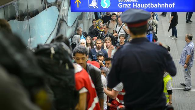 Des migrants attendent de monter dans un bus le 20 septembre 2015 à Graz en Autriche  [Jure Makovec / AFP]
