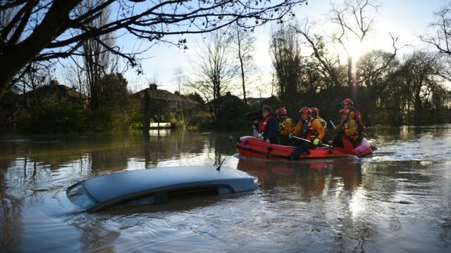 Les services de secours rament sur Huntington road, à York dans le nord de l'Angleterre, le 27 décembre 2015 [OLI SCARFF / AFP]