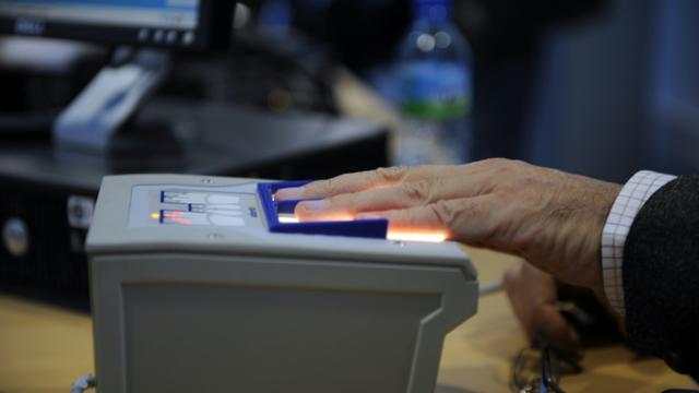 Un voyageur se fait scanner ses empreintes digitales par la douane française, le 19 octobre 2009 à l'aéroport Roissy-Charles de Gaulle près de Paris  [Fred Dufour / AFP/Archives]