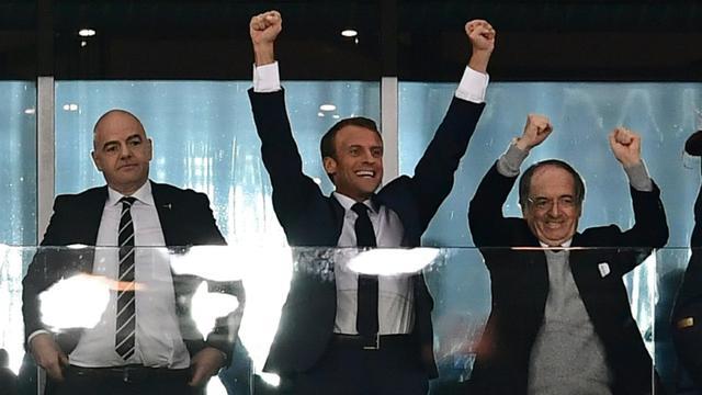 Emmanuel Macron (c) aux côtés de Noël Le Graët (d), président de la FFF, et Gianni Infantino, président de la FIFA, lors de la demi-finale du Mondial France/Belgique le 10 juillet 2018 à Saint-Pétersbourg en Russie [Giuseppe CACACE / AFP]