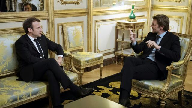 Le président Emmanuel Macron (g) et le président de l'Association des maires de France, François Baroin (d), le 22 novembre 2017 à l'Elysée à Paris [JULIEN DE ROSA / POOL/AFP]