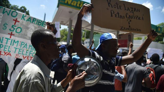Des manifestants à Port-au-Prince, le 24 août 2018 après un appel à la mobilisation lancé sur les réseaux sociaux pour dénoncer la corruption et la gestion opaque des fonds prêtés à Haïti par le Venezuela depuis plus d'une décennie [HECTOR RETAMAL / AFP]