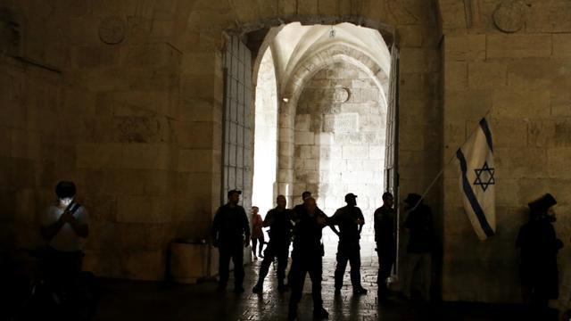 La police israélienne bloque l'accès à l'une des portes menant à la vieille ville de Jérusalem, le 3 octobre 2015 [THOMAS COEX / AFP]