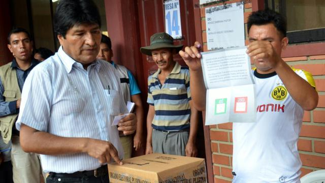 Le président bolivien Evo Morales (g), le 21 février 2016 à Villa 14 [STR / AFP]