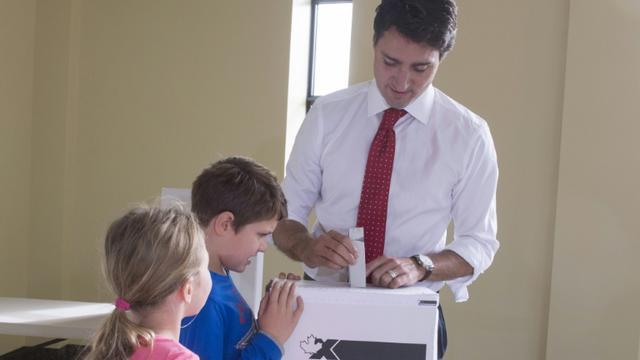 Vote de Justin Trudeau le 19 octobre 2015 à Montreal  [PAUL CHIASSON / POOL/AFP]