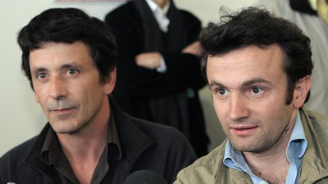 Le journaliste français Thomas Dandois (d) et Pierre Creisson (g) le 19 janvier 2008, à l'aéroport d'Orly près de Paris, de retour de Kollo, au sud de Niamey.  [Jacques Demarthon / AFP/Archives]