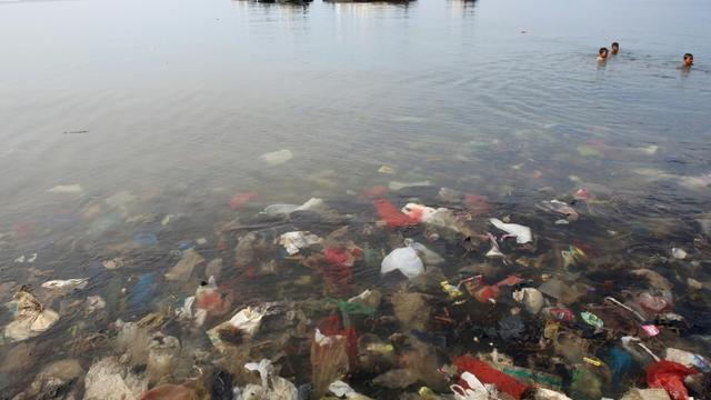 Des déchets de plastique dans la baie de Lampung, en Indonésie, le 21 février 2019 [PERDIANSYAH / AFP]