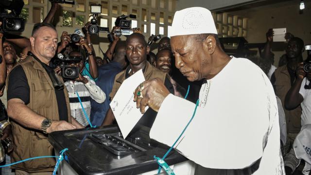 Le président guinéen sortant Alpha Condé vote, le 11 octobre 2015 à Conakry, lors des élections présidentielles [CELLOU BINANI / AFP]