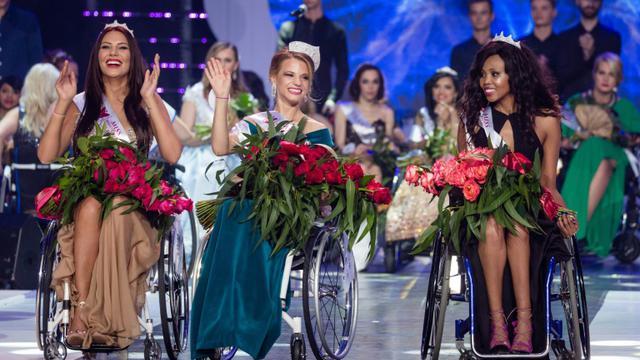 Miss Monde en fauteuil roulant, la Bélarusse Alexandra Chichikova (au centre) et ses dauphines, à Varsovie le 7 octobre [Wojtek Radwanski / AFP]