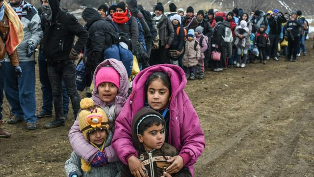 Des migrants et réfugiés attendent pour passer un barrage de sécurité après avoir franchi la frontière macédonienne près du village de Miratovac, en Serbie, le 26 janvier 2016 [ARMEND NIMANI / AFP/Archives]