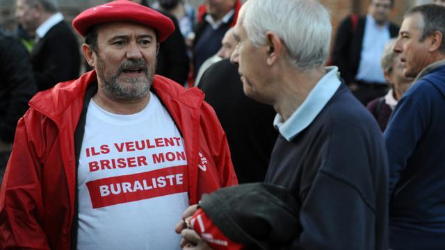 Un débiteur de tabac protestant contre le paquet neutre de tabac manifeste dans une rue de Toulouse le 8 septembre 2015 [REMY GABALDA / AFP]