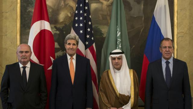 Le ministre turc des Affaires étrangères Feridun Sinirlioglu, le secrétaire d'Etat américain John Kerry, le ministre saoudien des affaires étrangères Adel al-Jubeir et le ministre russe des Affaires étrangères Serguei Lavrov à Vienne, le 23 octobre 2015 [CARLO ALLEGRI / POOL/AFP]