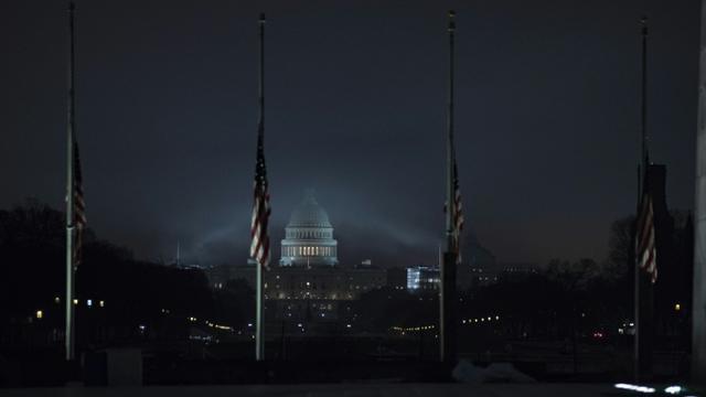 Les drapeaux en berne à Washington, devant le Capitole, le 2 décembre 2018 [Alex Edelman / AFP]