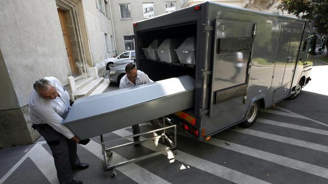 Les cercueils des migrants retrouvés morts dans un camion en Autriche arrivent à Vienne pour être autopsiés, le 28 août 2015 [DIETER NAGL / AFP/Archives]