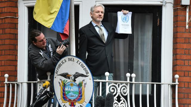 Julian Assange sur le balcon de l'ambassade d'Equateur à Londres, le 5 février 2016 [BEN STANSALL                         / AFP]