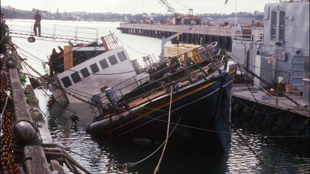 Le Rainbow Warrior, coulé le 10 juillet 1985 en baie d'Auckland, est amarré dans le port de la ville le 14 août 1985 [PATRICK RIVIERE / AFP/Archives]