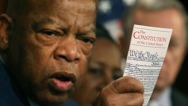 John Lewis brandissant un exemplaire de la Constitution américaine à Washington, le 2 mars 2016 [MARK WILSON / GETTY IMAGES NORTH AMERICA/AFP/Archives]