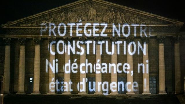 L'association PowerFoule a projeté dans la nuit du mardi 9 au mercredi 10 février 2016, sur la façade de l'Assemblée Nationale à Paris, un message destiné aux députés appelés à se prononcer sur l'inscription de la déchéance de nationalité dans la Constitution [Geoffroy Van der Hasselt / AFP]
