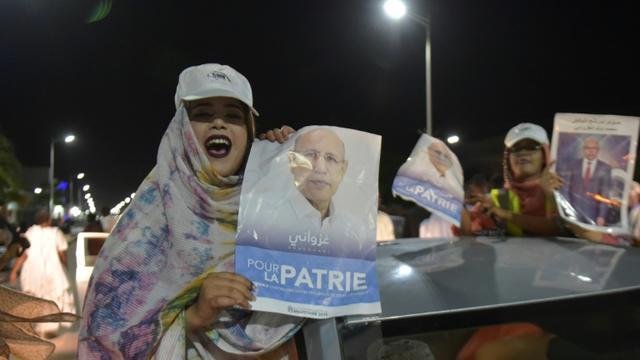 Ses partisans célèbrent la victoire du candidat du pouvoir à la présidentielle en Mauritanie, Mohamed Ould Ghazouani, le 23 juin dans les rues de Nouakchott.  [Sia KAMBOU / AFP]